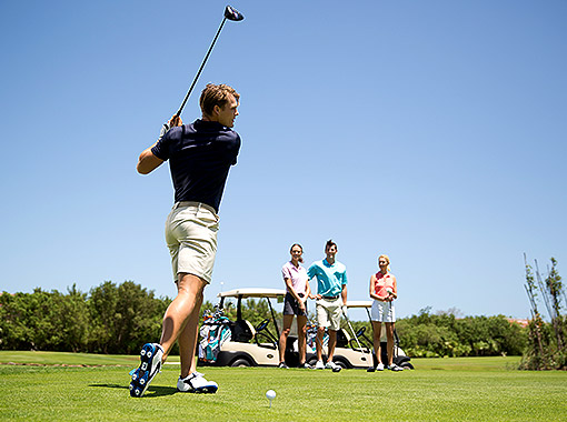 Watch and learn to play with golf professionals in Cancun