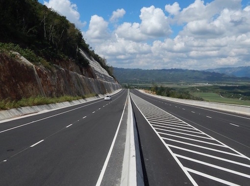 Wide roads that allow a fast displacement in Jamaica
